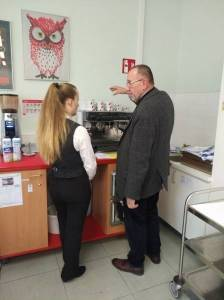 Herr Ewald Laister von Julius Meinl mit einer Schülerin an der Espressomaschine