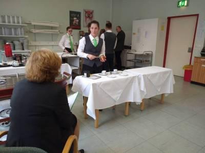 Dipl. Päd. Gerlinde Burghardt stellt Fragen zur Zubereitung
