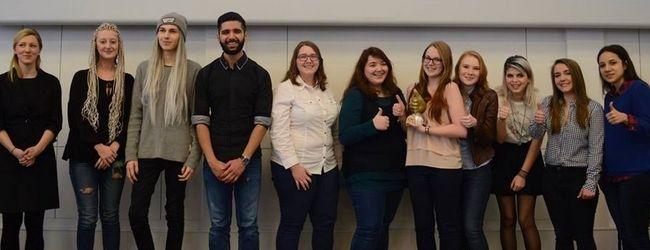Das Siegerteam aus der HLMW 9 mit ihrem Projekt -  Geschlechtergerechtigkeit in der Arbeitswelt