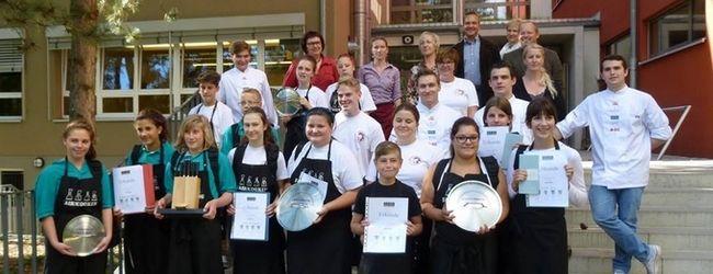Mit fair!cooking werden etwa 20 begeisterte Jugendliche pro Jahr, die den Wunsch haben, eine Karriere in oder um die Gastronomie zu starten, unterstützt. (ganz rechts: Vincent Krawczyk)