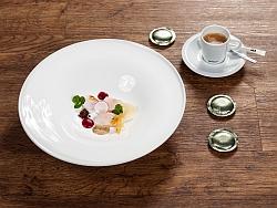 Codfish auf lauwarmem Borschtsch mit gepökeltem Teriyaki-Ei verfeinert mit Pumpernickel-Mandarinen-Creme - Weyringer