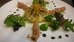 Geflämmte Jakobsmuschel mit geräucherten Thunfisch