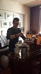 Igor bei der Kaffeezubereitung in der Karlsbader Kanne