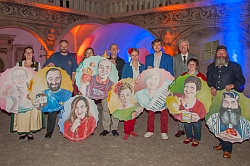 v.l.n.r.: Gruppenfoto aller Portraitierten gemeinsam mit Stephanie Balih und Mag. Karl Schwarz im Schloßhof