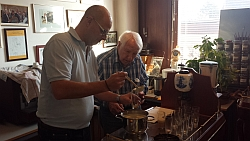 Clemens bei der Zubereitung einer Kaffeespezialität