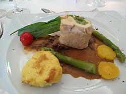 Gebratene Hühnerbrust gefüllt mit Gänseleber und Pistazien auf Frühlingsmorchelsauce, Gemüse der Saison und Kartoffel Crêpes