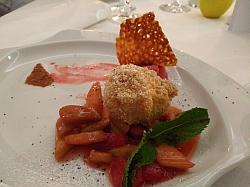 Topfennockerl auf Rhabarber und Erdbeeren
