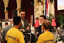 Heinrich Himmer (l) und Jürgen Czernohorszky im Gespräch mit Schülern (Poppe)